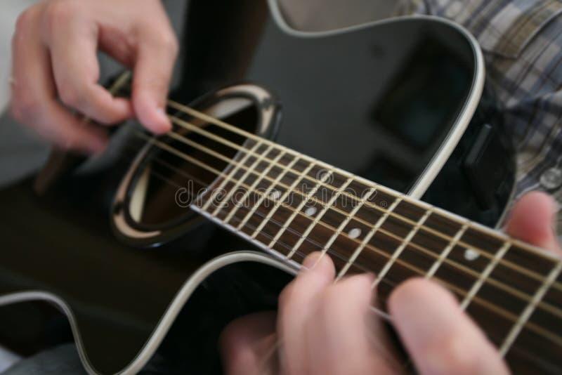El jugar de la guitarra fotos de archivo