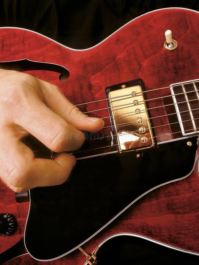 El jugar de la guitarra eléctrica fotografía de archivo libre de regalías