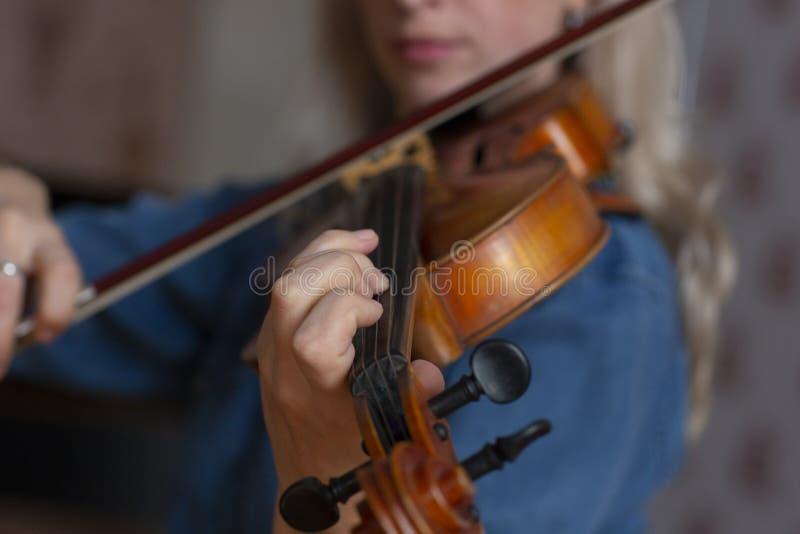 El jugar de la música clásica del violinista del jugador del violín Instrumentos musicales de la orquesta imágenes de archivo libres de regalías
