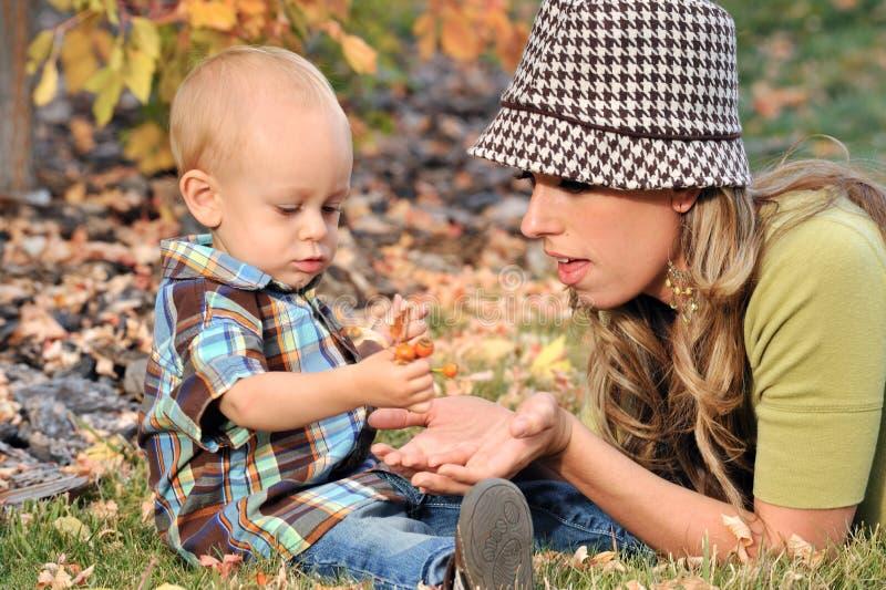 El jugar de la madre y del niño fotografía de archivo