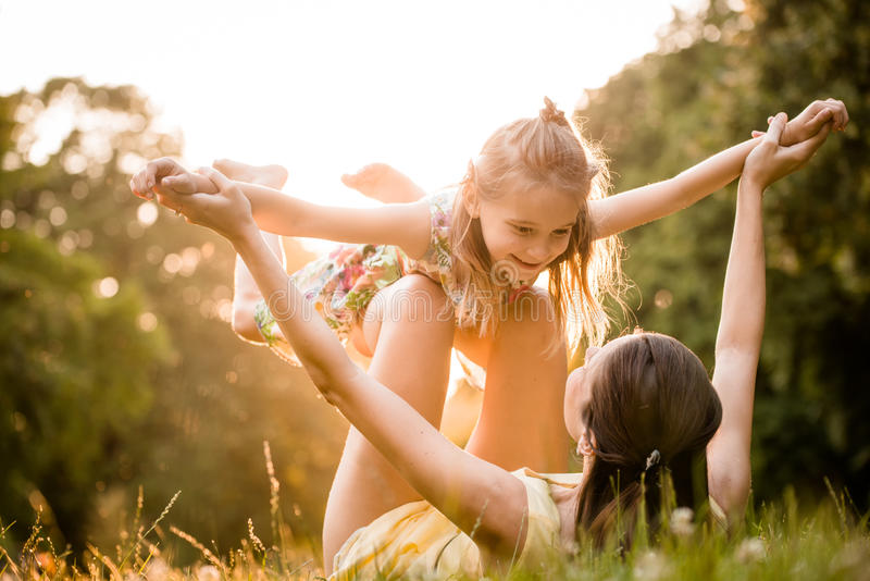 El jugar de la madre y del niño fotos de archivo libres de regalías