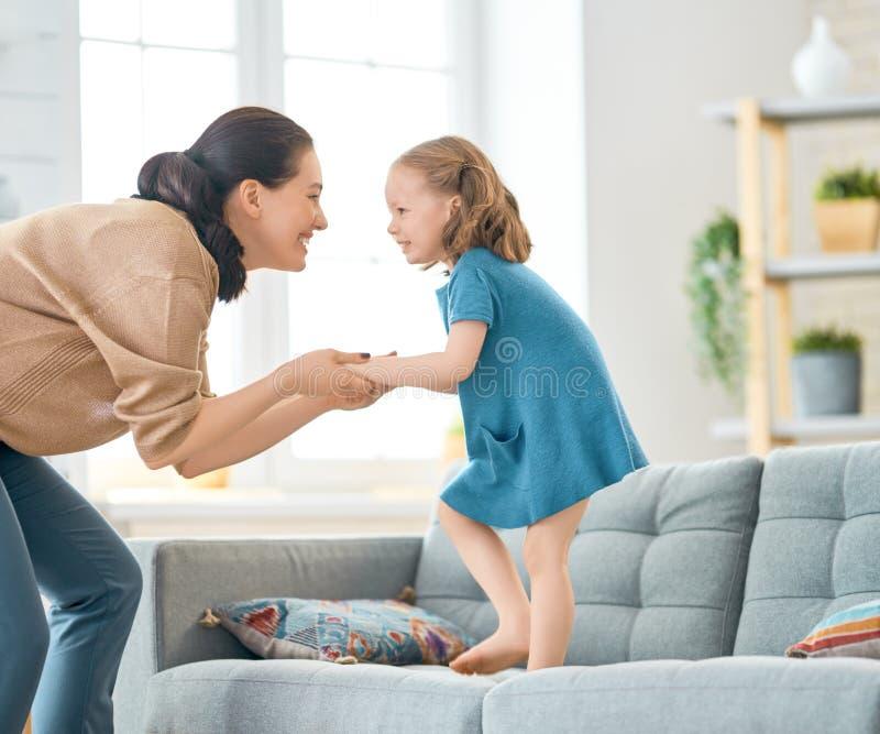 El jugar de la madre y de la hija fotos de archivo