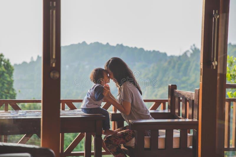 el jugar de la muchacha de la madre y del niño imagen de archivo