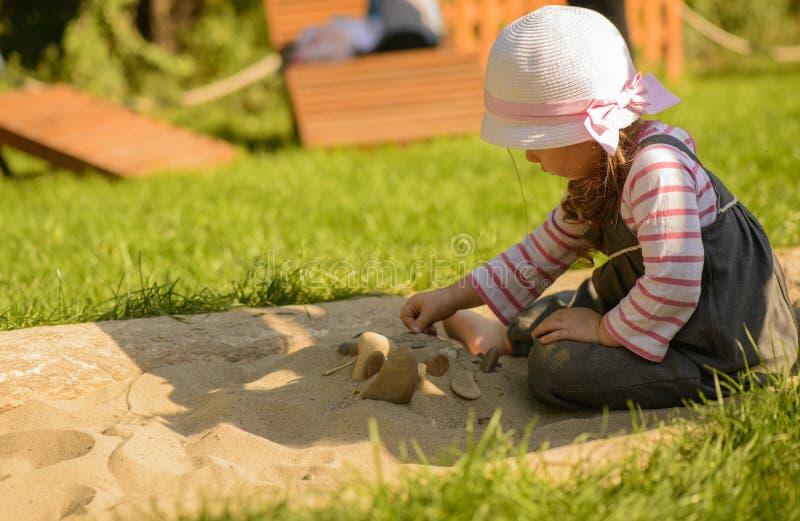 El jugar de la niña al aire libre en jardín sensorial fotografía de archivo