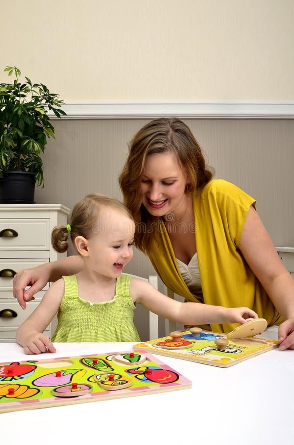 El jugar de la niña y de la mama imágenes de archivo libres de regalías