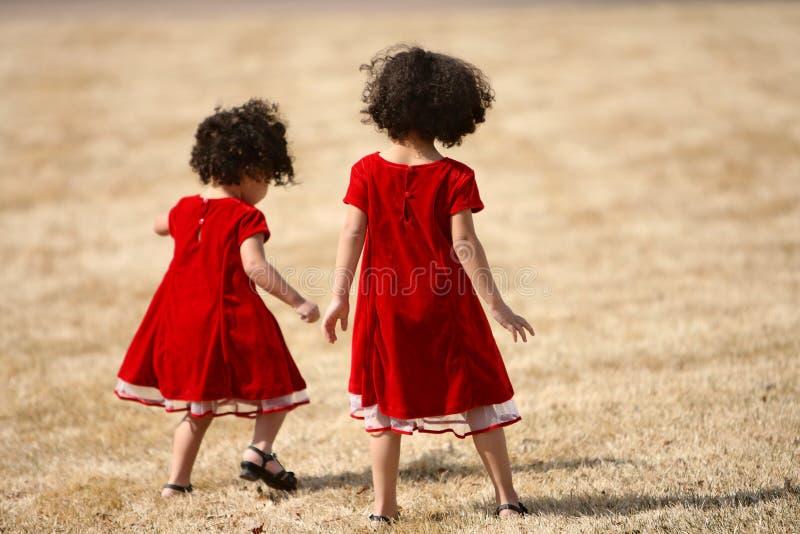 El jugar de las hermanas imagenes de archivo