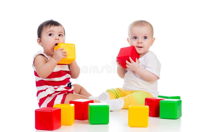 El jugar de las muchachas de bebés fotografía de archivo libre de regalías