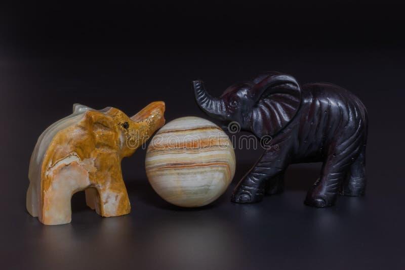 el jugar de los elefantes de las estatuillas imagen de archivo