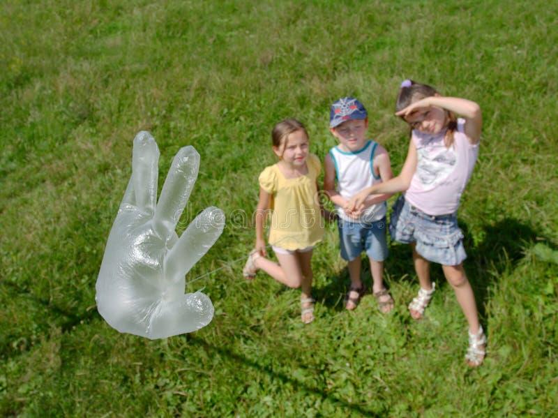 El jugar de los niños al aire libre imagen de archivo libre de regalías