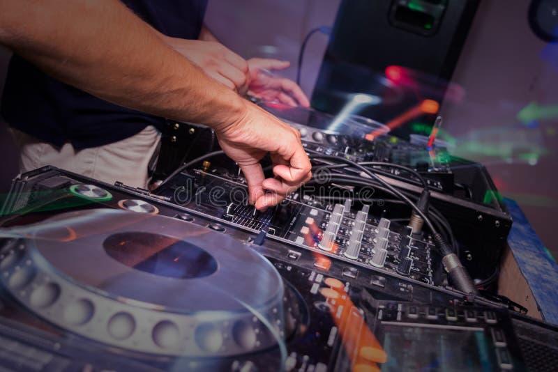 El jugar del equipo de DJ foto de archivo libre de regalías
