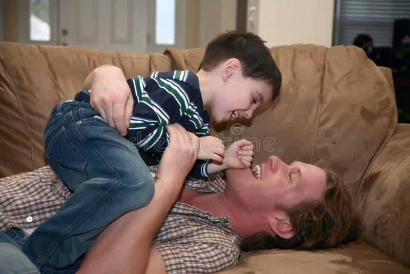 El jugar del hijo del padre imagenes de archivo