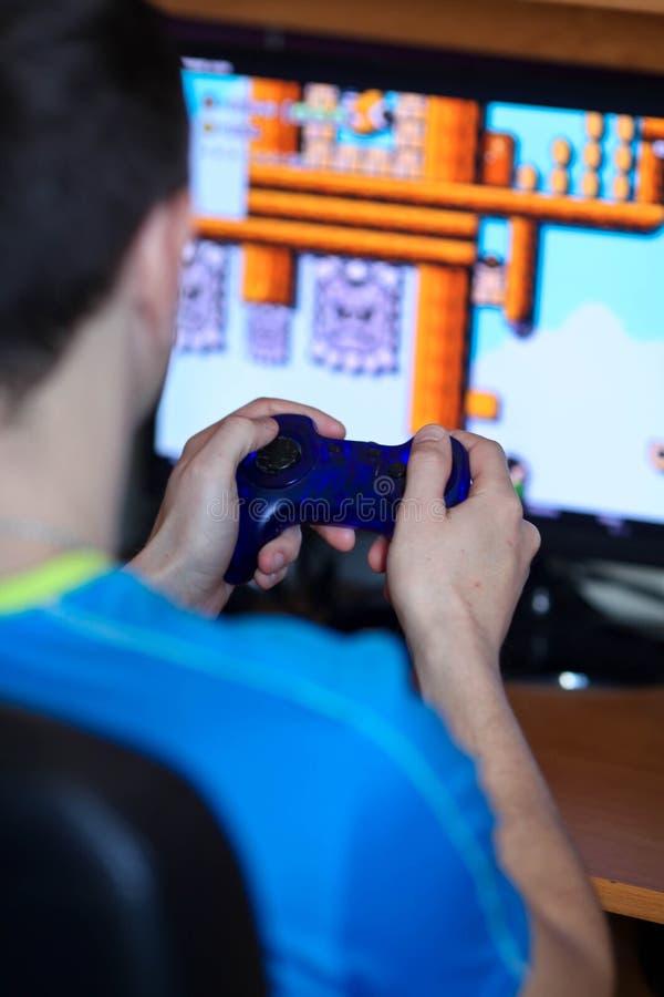 El jugar del hombre juegos de ordenador imágenes de archivo libres de regalías