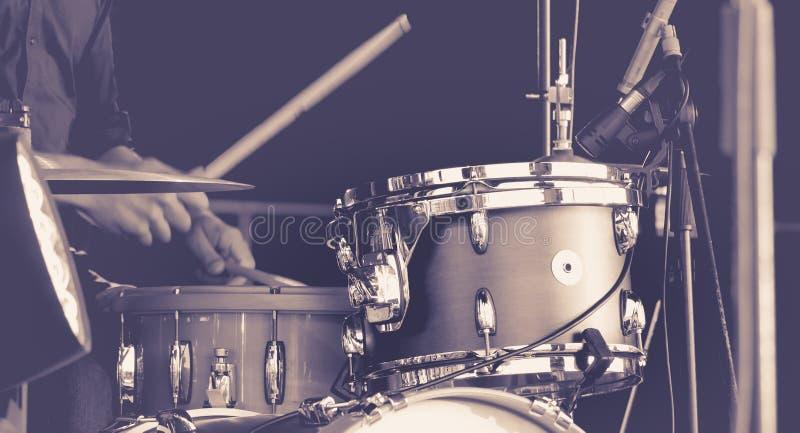 El jugar del hombre tambores imagen de archivo libre de regalías