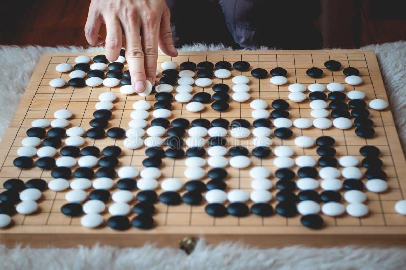 El jugar del hombre va juego de mesa fotografía de archivo