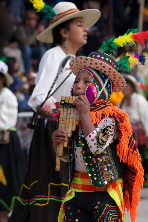 El jugar del muchacho típico instrumen en el carnaval de Oruro imagen de archivo