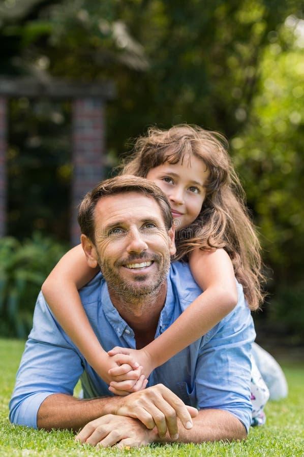 El jugar del padre y de la hija fotos de archivo