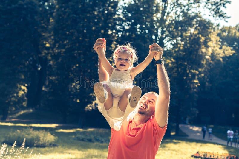 El jugar del papá y de la hija fotos de archivo