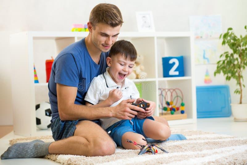 El jugar emocionado muchacho del niño con un helicóptero fotos de archivo libres de regalías