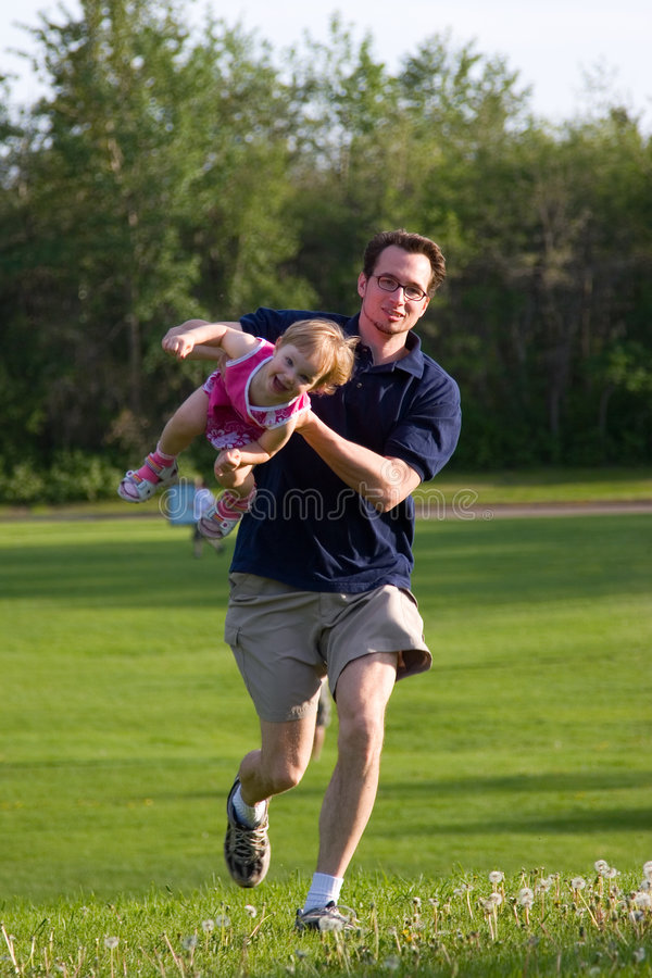 El jugar en el parque imagen de archivo libre de regalías