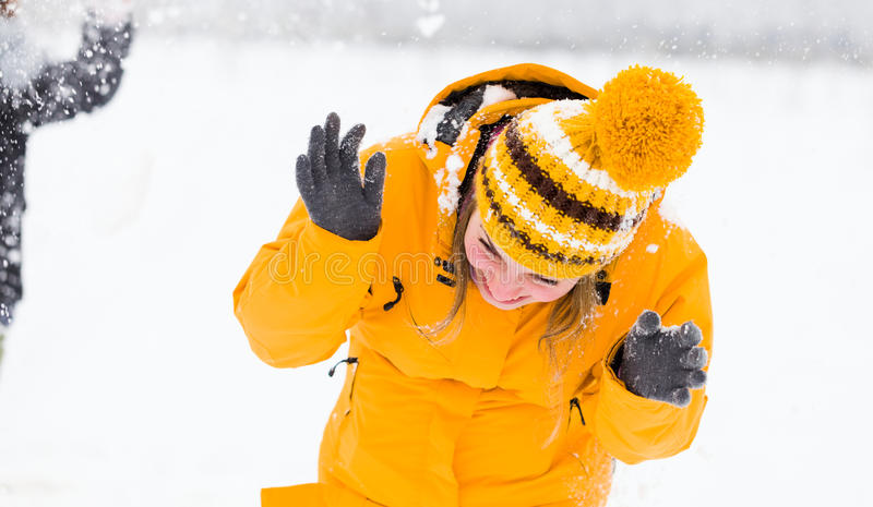 El jugar en la nieve imagen de archivo libre de regalías