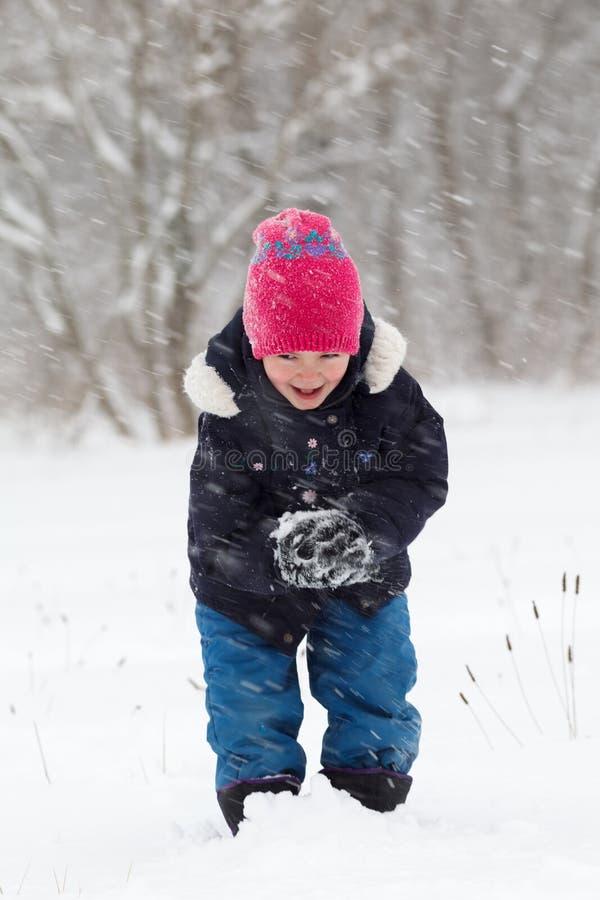 El jugar en la nieve foto de archivo