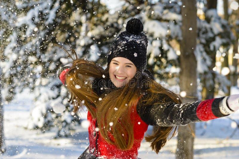 El jugar en nieve imagen de archivo