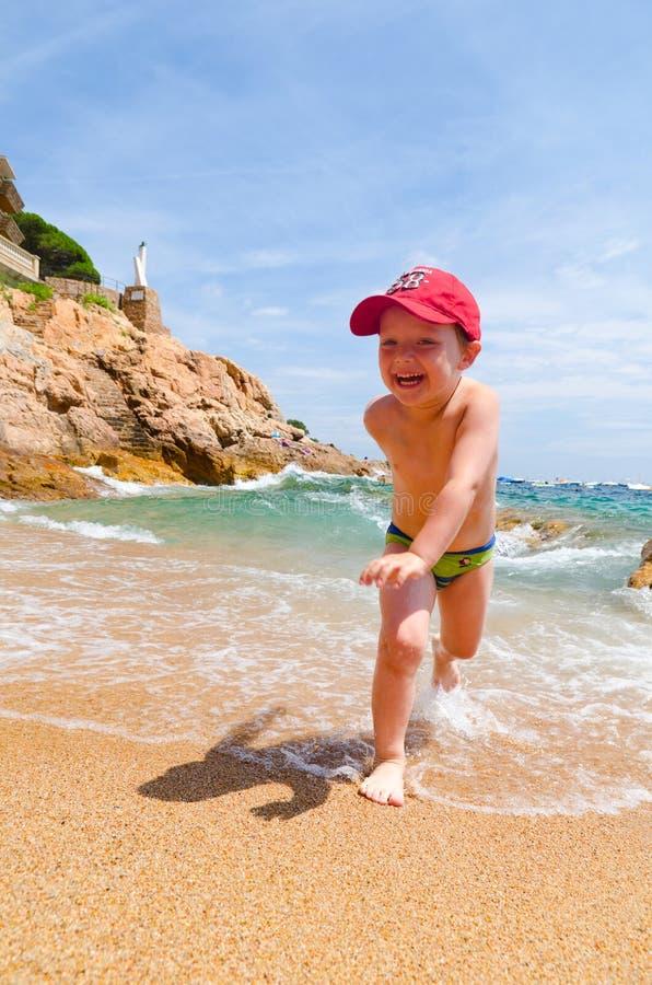 El jugar en una costa de mar imagen de archivo libre de regalías