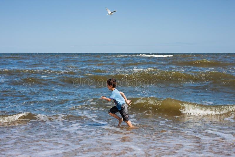 El jugar en una costa del océano foto de archivo libre de regalías