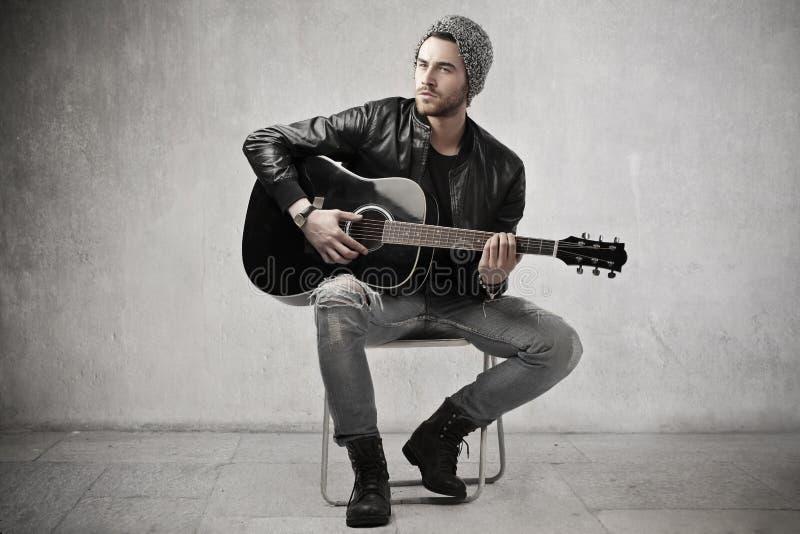 El jugar hermoso de la guitarra fotografía de archivo libre de regalías