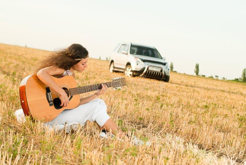 El jugar hermoso de la mujer gitar fotografía de archivo libre de regalías