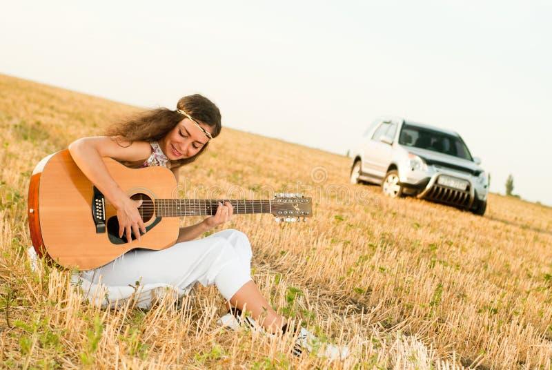 El jugar hermoso de la mujer gitar imagen de archivo libre de regalías