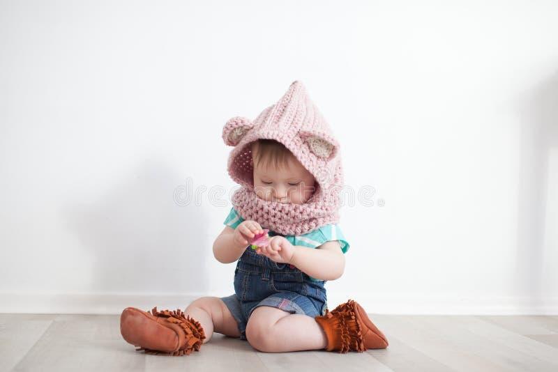 El jugar lindo del bebé fotografía de archivo libre de regalías