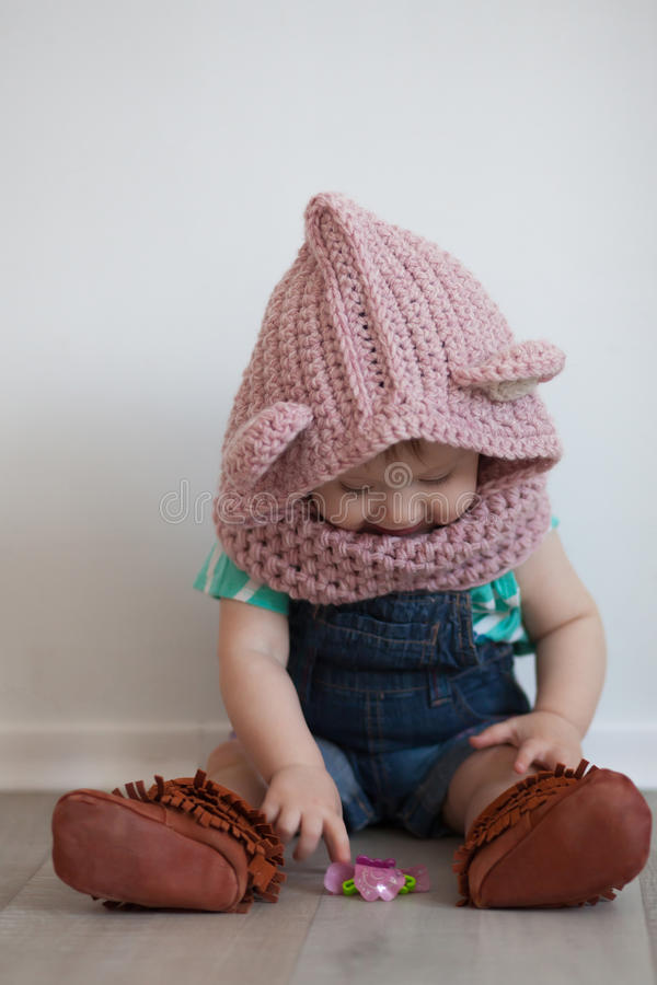 El jugar lindo del bebé imagen de archivo libre de regalías
