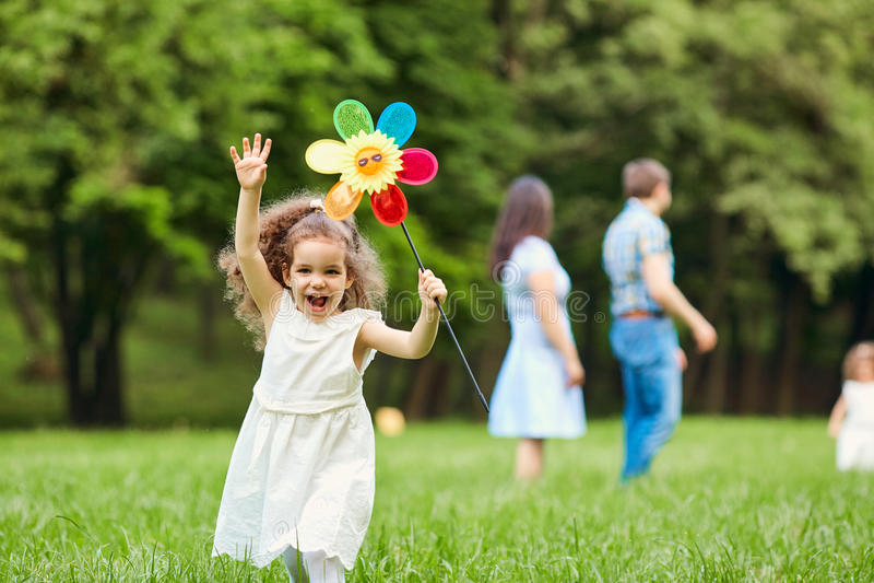 El jugar que camina de la familia feliz en el parque imágenes de archivo libres de regalías