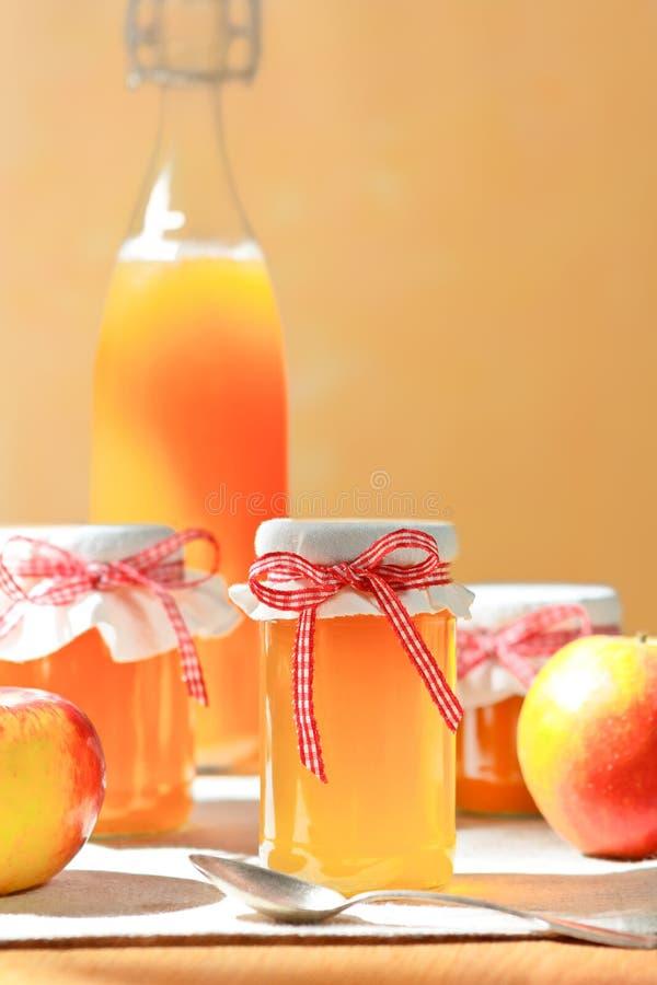 El jugo hecho en casa de la jalea de manzana sacude la botella imagenes de archivo