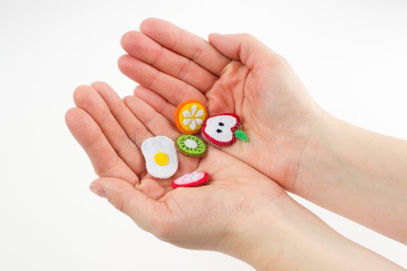 El juguete hecho a mano bajo la forma de frutas y la comida hecha del fieltro estiran imagen de archivo libre de regalías