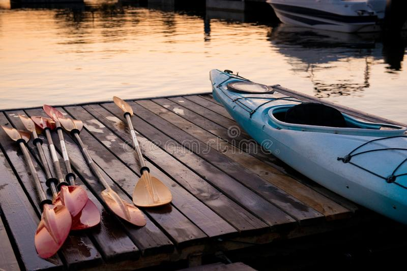 El kajak y los remos se secan en el embarcadero foto de archivo
