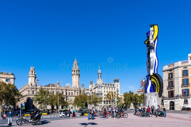 EL-Kappende Barcelona, bunte Statue durch das Meer in Passeig de Colom Barcelona stockbilder