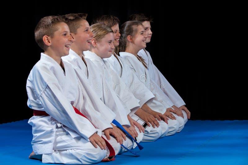 El karate ético multi joven, hermoso, acertado embroma en la posición del karate fotos de archivo
