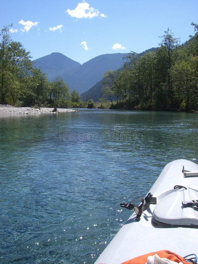 El Kayaking abajo de una cala imagen de archivo libre de regalías