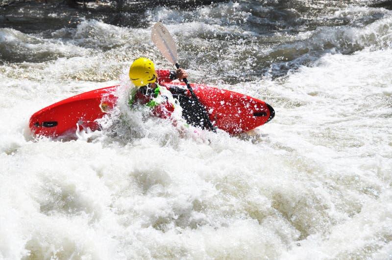 El Kayaking como deporte del extremo y de la diversión imagen de archivo libre de regalías