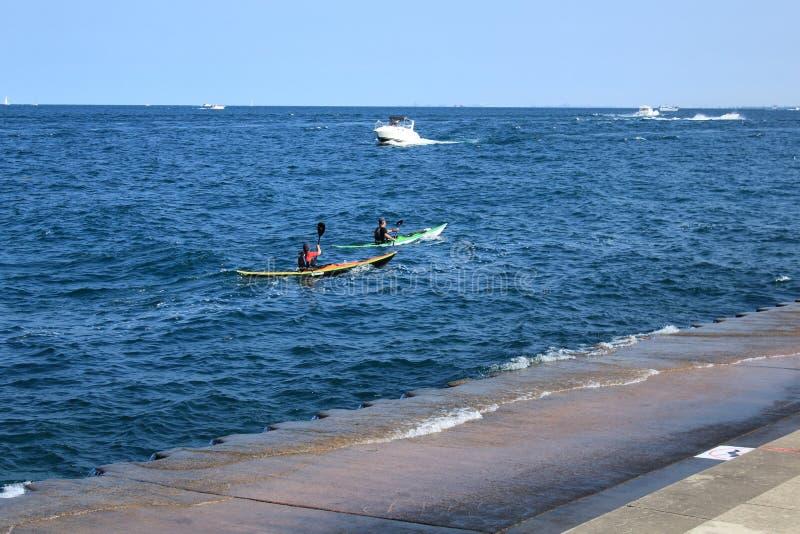 El Kayaking en el batimiento Canoeing del lago Michigan fotografía de archivo libre de regalías