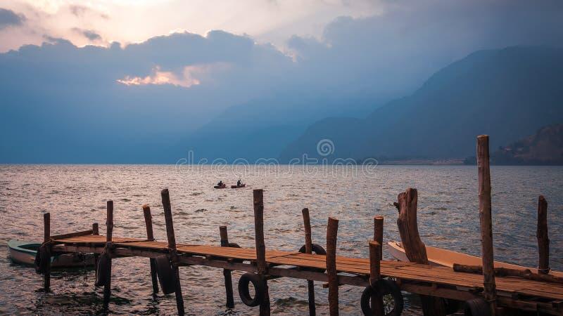 El Kayaking en el lago Atitlan en Guatemala en la puesta del sol foto de archivo libre de regalías