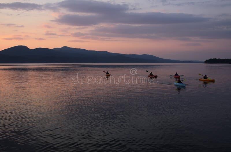 El Kayaking en el lago Champlain imagen de archivo