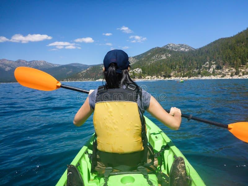El Kayaking en el lago Tahoe imágenes de archivo libres de regalías