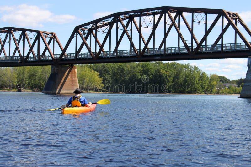 El Kayaking en el río en Fredericton imagen de archivo