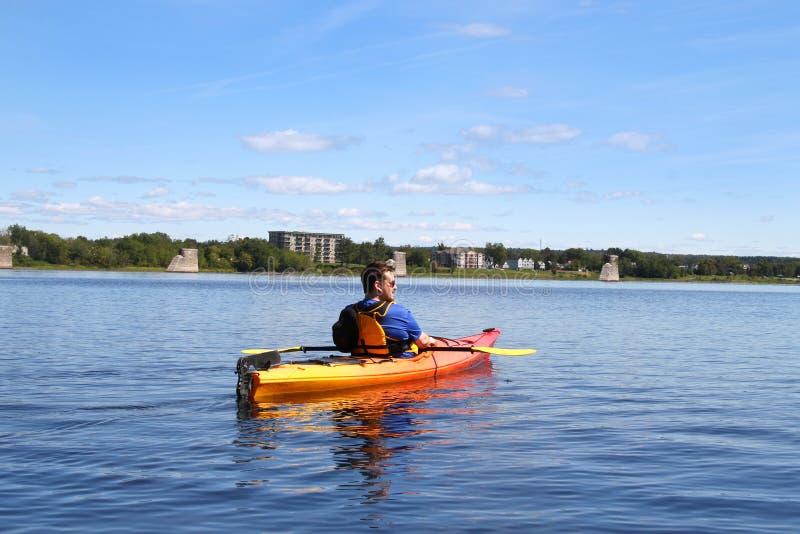 El Kayaking en el río en Fredericton fotos de archivo libres de regalías