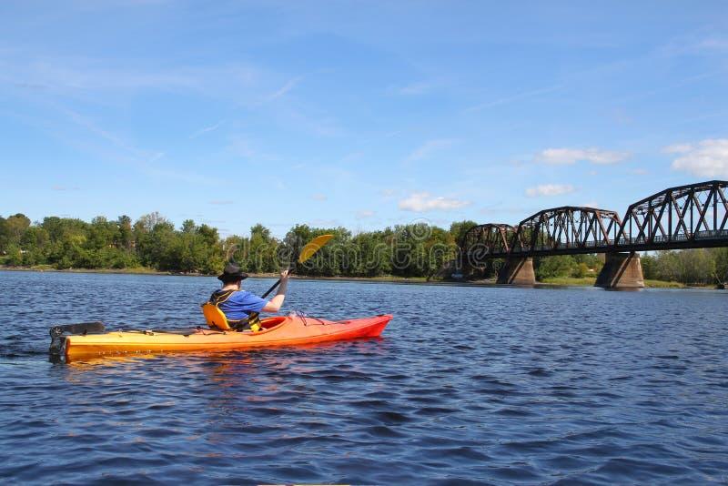 El Kayaking en el río en Fredericton foto de archivo