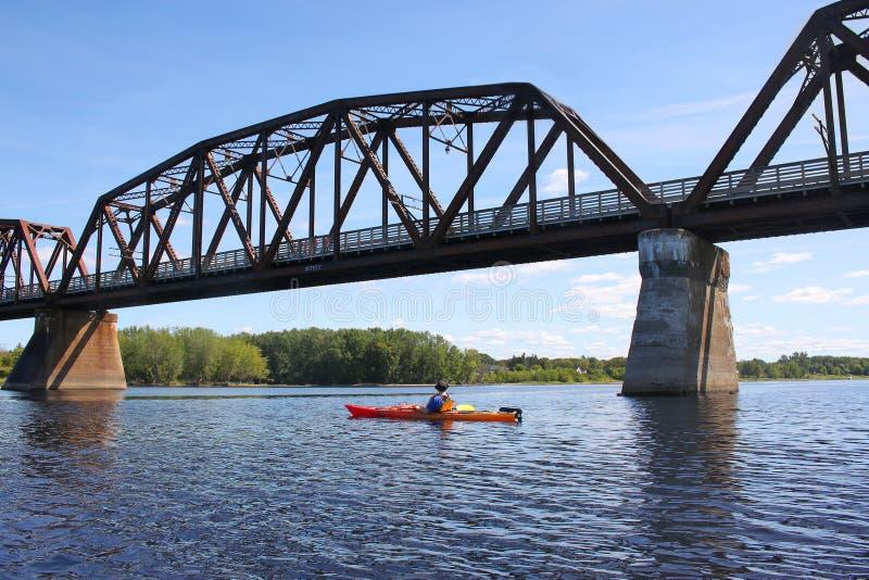 El Kayaking en el río en Fredericton fotografía de archivo