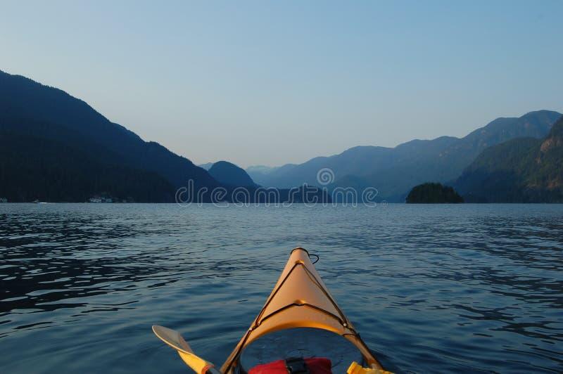 El Kayaking en la puesta del sol foto de archivo libre de regalías